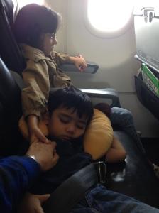 yg satu tidur, yg satu pengangan tangan terus