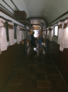 ini pintu keluarnya, kaya gerbong kereta api lagi jalan. keren!